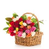 Rosas misturadas do ramalhete colorido na cesta de vime fotografia de stock