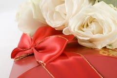Rosas na caixa vermelha imagem de stock royalty free