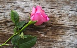 Rosas na placa de madeira velha, fundo do dia de Valentim, casamento a Dinamarca Fotografia de Stock Royalty Free
