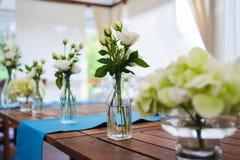 Rosas nas garrafas de vidro Fotos de Stock Royalty Free