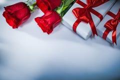 Rosas naturais envolvidas das caixas atuais no fundo branco foto de stock