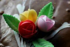 Rosas no bolo Imagem de Stock
