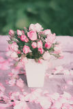 Rosas no vaso branco em uma tabela de madeira Fotografia de Stock