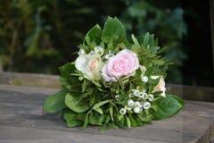 Rosas - o ramalhete encontra-se na madeira na natureza Imagens de Stock