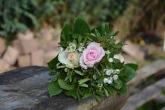 Rosas - o ramalhete encontra-se na madeira na natureza Foto de Stock Royalty Free