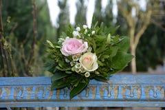Rosas - o ramalhete encontra-se na madeira velha modelada azul na natureza Imagem de Stock Royalty Free