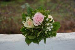 Rosas - o ramalhete encontra-se na parede branca na natureza Imagem de Stock Royalty Free