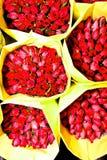 Rosas oferecidas no amanhecer do mercado da flor Imagem de Stock