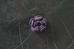 Rosas púrpuras en la pizarra fotografía de archivo libre de regalías