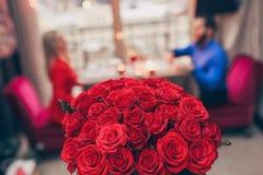 Rosas para el día del ` s de la tarjeta del día de San Valentín fotografía de archivo