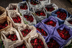 Rosas para a venda em um mercado Imagem de Stock