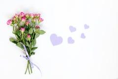 Rosas pequenas cor-de-rosa frescas e corações violetas de papel Foto de Stock Royalty Free