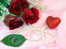 Rosas, perlas y anillos de bodas Imágenes de archivo libres de regalías