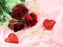 Rosas, perlas y corazones Foto de archivo