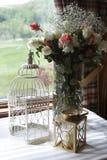 Rosas por la ventana Fotos de archivo