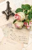 Rosas, postales y recuerdo Eiffel París del vintage Imagen de archivo