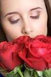 Rosas que huelen de la mujer Imagen de archivo