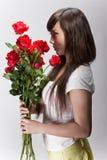 Rosas que huelen de la mujer china hermosa Imagen de archivo