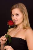 Rosas que huelen de la mujer hermosa Foto de archivo libre de regalías