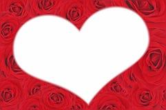 Rosas rojas agradables y corazón blanco Fotos de archivo