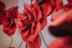 Rosas rojas artificiales grandes, elegantes Fotos de archivo