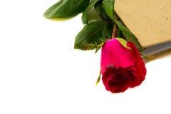 Rosas rojas con el libro Imágenes de archivo libres de regalías