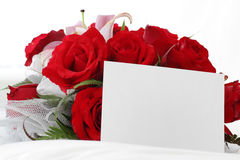 Rosas rojas con la nota en blanco Foto de archivo libre de regalías