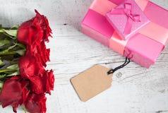 Rosas rojas con las cajas de regalo Imágenes de archivo libres de regalías