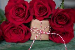 Rosas rojas con un regalo para el día de tarjetas del día de San Valentín Fotografía de archivo
