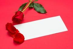 Rosas rojas con una nota en blanco Imagen de archivo