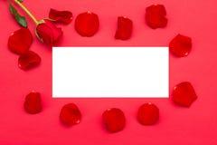 Rosas rojas con una nota en blanco Fotos de archivo libres de regalías