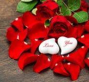 Rosas rojas de la decoración del día de tarjetas del día de San Valentín y dos corazones Imágenes de archivo libres de regalías