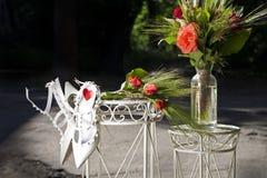 Rosas rojas de las decoraciones de la boda y zapatos blancos Fotografía de archivo