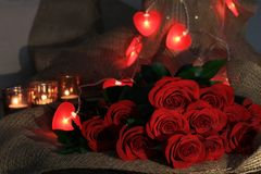Rosas rojas del ramo con el rojo oído para el día de tarjetas del día de San Valentín fotos de archivo libres de regalías