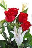 Rosas rojas del ramo y lirio blanco fotografía de archivo libre de regalías