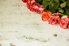 Rosas rojas en fondo de madera foto de archivo libre de regalías