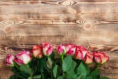 Rosas rojas en fondo de madera fotografía de archivo