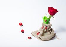 Rosas rojas en un florero verde Fotos de archivo libres de regalías