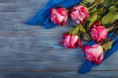 Rosas rojas en un fondo azul Fotografía de archivo