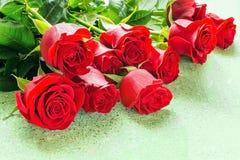 Rosas rojas en un regalo imagen de archivo libre de regalías
