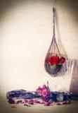 Rosas rojas en una ejecución de la cesta de mimbre en la pared Fotos de archivo