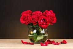 Rosas rojas hermosas en florero Fotos de archivo libres de regalías