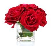 Rosas rojas hermosas en un florero Fotografía de archivo