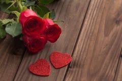 Rosas rojas hermosas ocasionales en el fondo amarillo con el lugar para los esmeros o los deseos imagenes de archivo