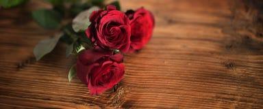 Rosas rojas simbólicas para el día de tarjetas del día de San Valentín Foto de archivo