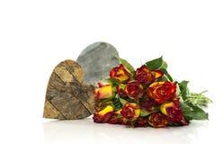 Rosas rojas y amarillas viejas y forma del corazón Imagen de archivo libre de regalías