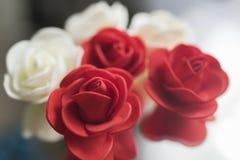 Rosas rojas y blancas artificiales para la decoración fotografía de archivo libre de regalías