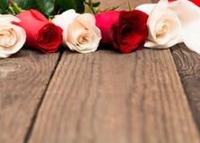 Rosas rojas y blancas en fondo de madera Día de Women s, Valentin fotografía de archivo