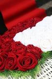 Rosas rojas y blancas en la iglesia Imagen de archivo