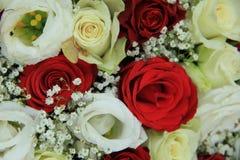 Rosas rojas y blancas en un ramo nupcial Imagen de archivo